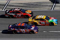 Martin Truex Jr., Furniture Row Racing Toyota, Denny Hamlin, Joe Gibbs Racing Toyota, Kyle Busch, Joe Gibbs Racing Toyota pit stop
