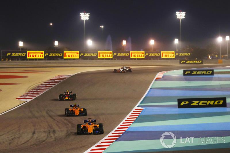 Fernando Alonso, McLaren MCL33 Renault, precede Stoffel Vandoorne, McLaren MCL33 Renault, e Max Verstappen, Red Bull Racing RB14 Tag Heuer