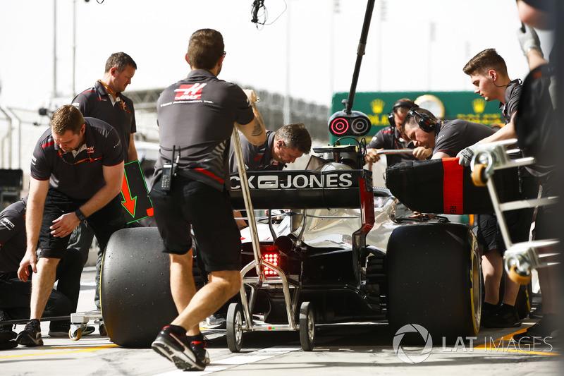 El equipo de Haas hace una parada en boxes