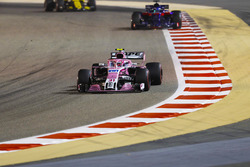 Esteban Ocon, Force India VJM11 Mercedes, Brendon Hartley, Toro Rosso STR13 Honda