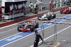 Lewis Hamilton, McLaren MP4-23, Robert Kubica, BMW Sauber F1.08, and Kimi Raikkonen, Ferrari F2008, in the pits