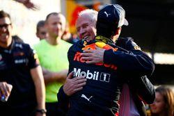 Helmut Marko, Consultant, Red Bull Racing, feliciteert Daniel Ricciardo, Red Bull Racing, winnaar