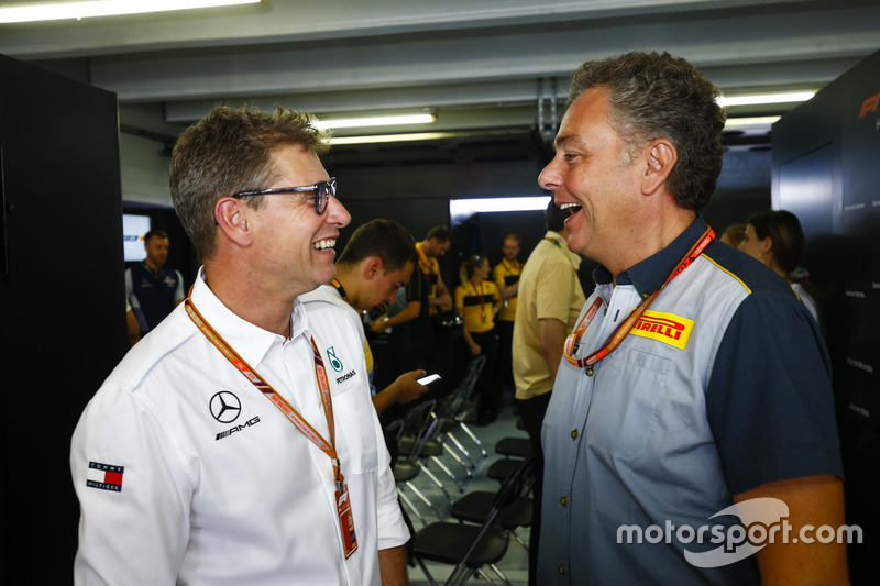 Mario Isola, de Pirelli Motorsport, habla con un empleado de AMG Mercedes