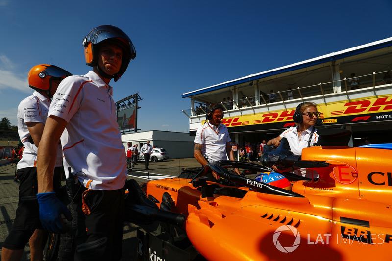 Fernando Alonso, McLaren MCL33, con los ingenieros de McLaren