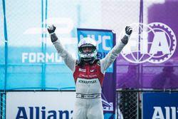 Lucas di Grassi, Audi Sport ABT Schaeffler, festeggai nel Parc Ferme dopo la vittoria della gara