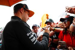 Stoffel Vandoorne, McLaren, firma autógrafos para fanáticos