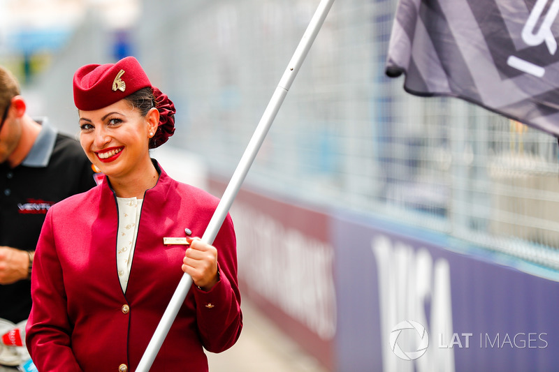 Катарська грід-гьол стюардеса