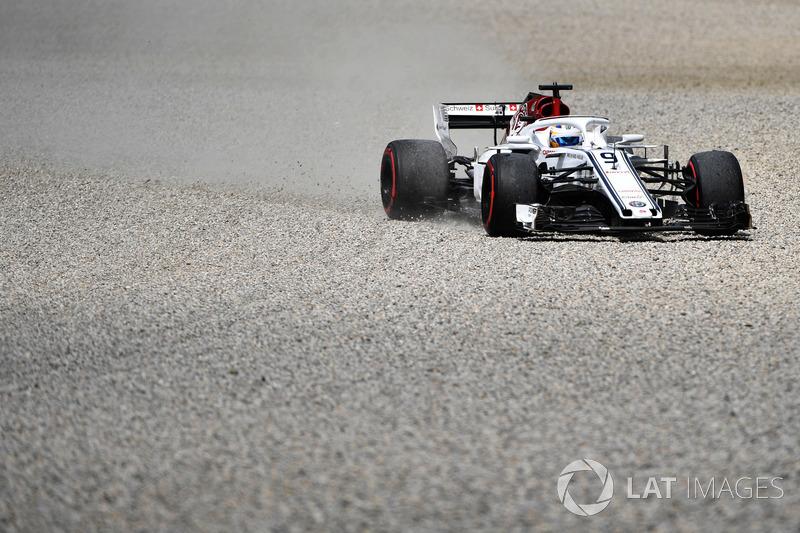 Marcus Ericsson, Sauber C37, sort de la piste