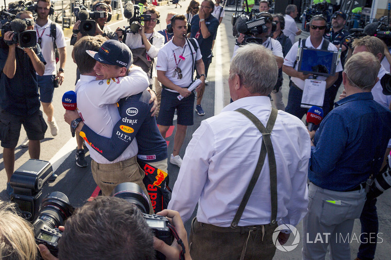 Max Verstappen, Red Bull Racing con Christian Horner, Red Bull Racing Team Principal y Dr Helmut Marko, Red Bull Motorsport