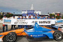 Winnaar Scott Dixon, Chip Ganassi Racing Honda viert zijn 42ste overwinning met zijn team