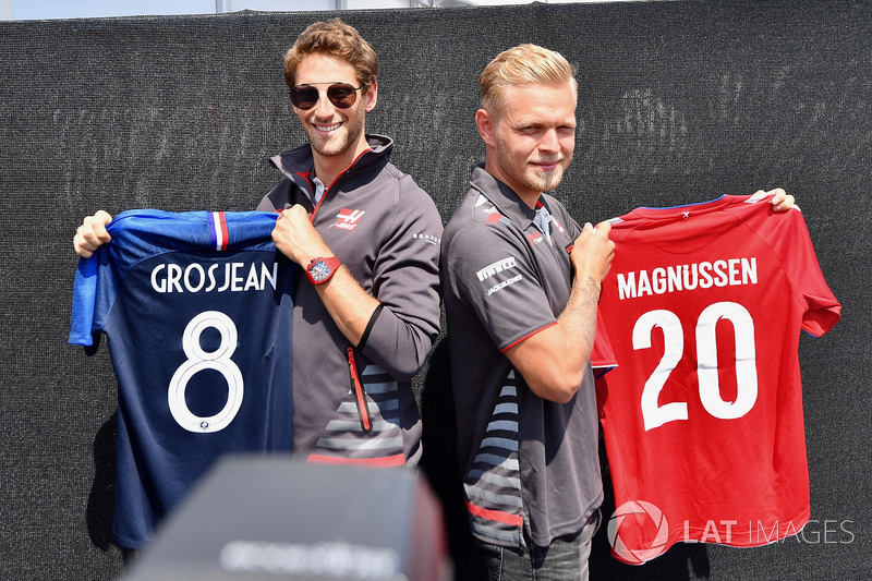 Romain Grosjean, Haas F1 and Kevin Magnussen, Haas F1 with their World Cup football shirts