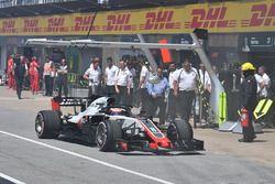 Romain Grosjean, Haas F1 Team VF-18 detenido en el pit lane durante la calificación