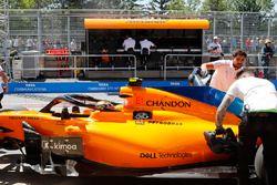 Les mécaniciens ramènent la voiture de Stoffel Vandoorne, McLaren MCL33, dans les stands