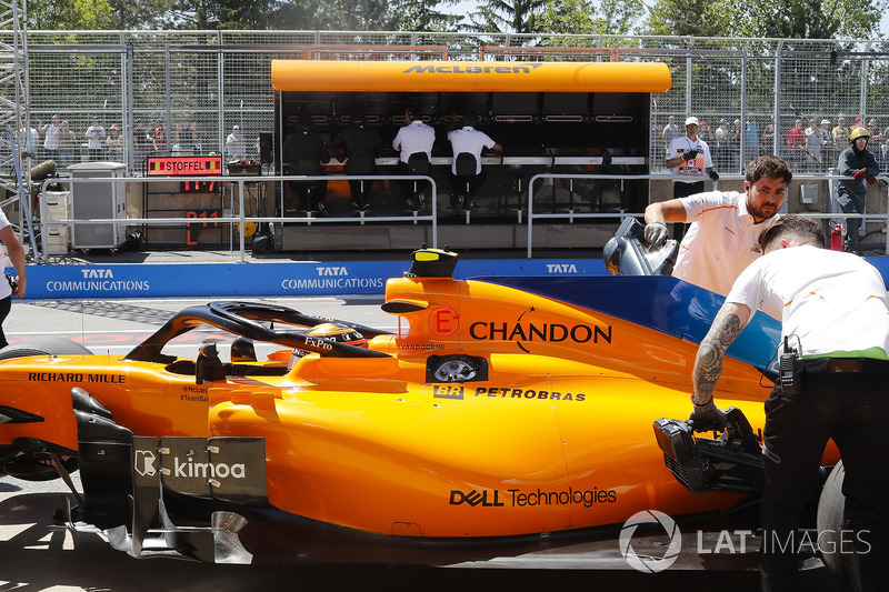 Engineers recover Stoffel Vandoorne, McLaren MCL33, from the pit lane