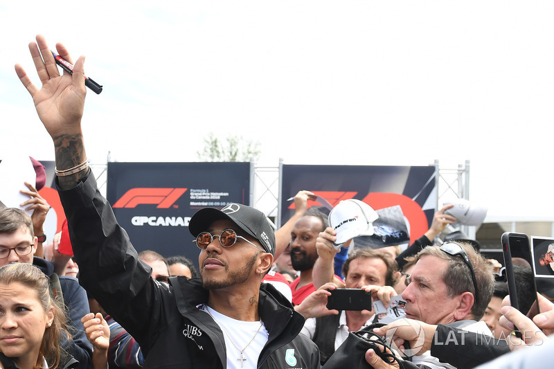Lewis Hamilton, Mercedes-AMG F1 fans selfie