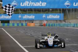 Ganador de carrera Enaam Ahmed, Hitech Bullfrog GP Dallara F317 - Mercedes-Benz