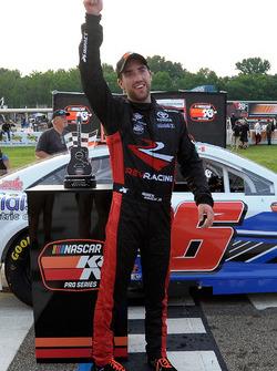 Ganador de la carrera Ruben Garcia Jr.
