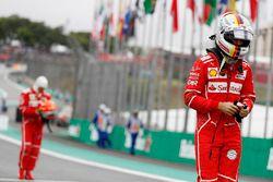 Sebastian Vettel, Ferrari, Kimi Raikkonen, Ferrari, tornano ai box dopo le Qualifiche