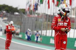 Гонщики Ferrari Себастьян Феттель и Кими Райкконен после квалификации