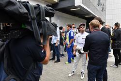 Гонщик McLaren Фернандо Алонсо и ведущие Sky TV Пол ди Реста и Саймон Лазенби