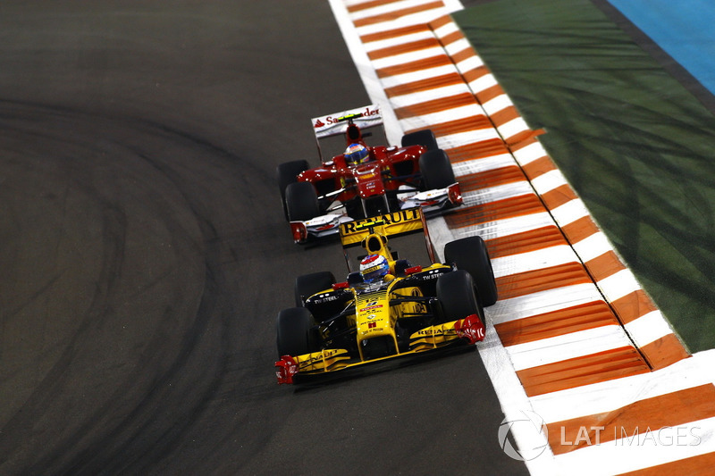 Vitaly Petrov, Renault F1 Team R30, voor Fernando Alonso, Ferrari F10