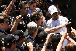 Lewis Hamilton, Mercedes AMG F1, incontra dei fan