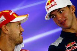 Pierre Gasly, Scuderia Toro Rosso, Sebastian Vettel, Ferrari, en la conferencia de prensa