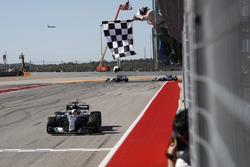 Lewis Hamilton, Mercedes AMG F1 W08 se lleva la bandera a cuadros.