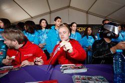 Nick Heidfeld, Mahindra Racing, Felix Rosenqvist, Mahindra Racing, firman autógrafos para los fans