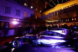 Une Mercedes devant l'entrée