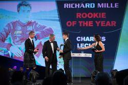 Chase Carey presidente de Fórmula Uno en el escenario presenta el premio Novato del Año a Charles
