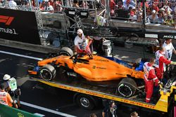 The car of Race retiree Stoffel Vandoorne, McLaren MCL33 is recovered