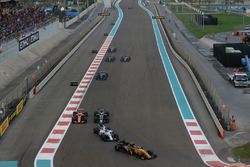 Carlos Sainz Jr., Renault Sport F1 Team RS17 leads Lance Stroll, Williams FW40