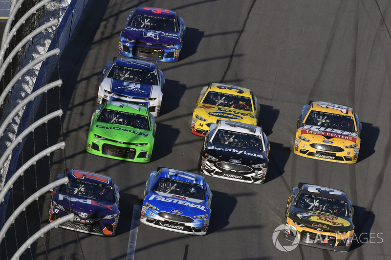 Denny Hamlin, Joe Gibbs Racing Toyota, Ricky Stenhouse Jr., Roush Fenway Racing Ford Fusion en Ryan