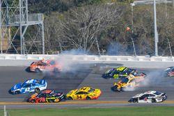 Crash: Daniel Suarez, Joe Gibbs Racing, ARRIS Toyota Camry, Jimmie Johnson, Hendrick Motorsports, Lo