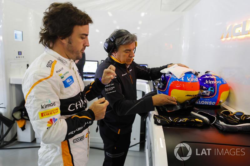 Fernando Alonso, McLaren, se prépare à mettre son casque