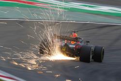 Las chispas vuelan desde el coche de Daniel Ricciardo, Red Bull Racing RB14 Tag Heuer
