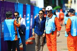 Felipe Massa pose pour une photo avec un commissaire