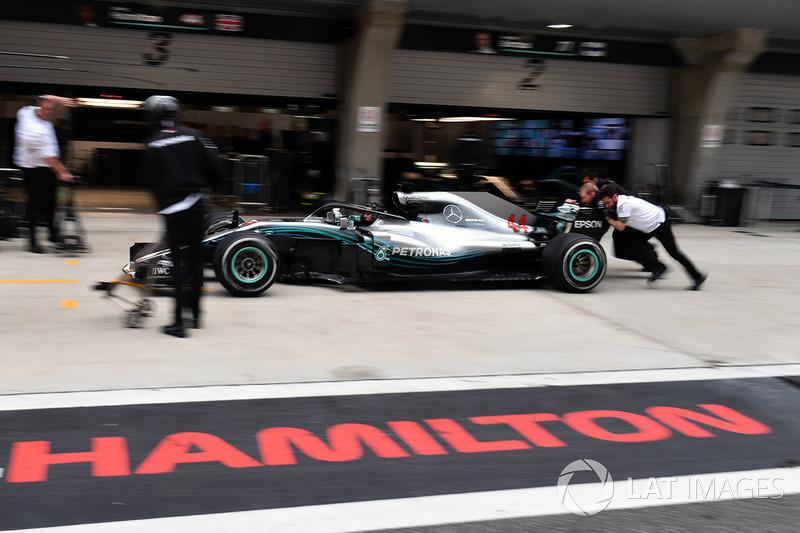 Mercedes AMG F1 si allena al pit stops