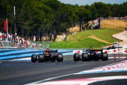 Daniel Ricciardo, Red Bull Racing RB14, Carlos Sainz Jr., Renault Sport F1 Team R.S. 18
