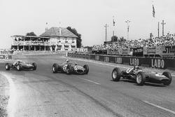 Джим Кларк, Lotus 21-Climax, Джанкарло Багетти, Ferrari Dino 156, и Иннес Айрленд, Lotus 21-Climax
