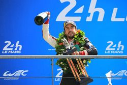 Podio general: ganador Fernando Alonso, Toyota Gazoo Racing