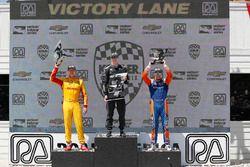 Ryan Hunter-Reay, Andretti Autosport Honda, Josef Newgarden, Team Penske Chevrolet, Scott Dixon, Chip Ganassi Racing Honda, sul podio