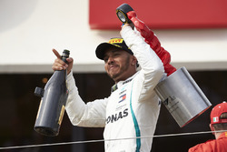 Lewis Hamilton, Mercedes AMG F1 met champagne