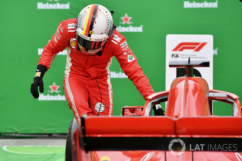 El ganador de la carrera de Canadá, Sebastian Vettel, Ferrari, celebra en parc ferme