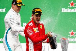 Valtteri Bottas, Mercedes AMG F1, 2e plaats, en Sebastian Vettel, Ferrari, 1e plaats, op het podium