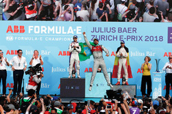 Il vincitore dell'ePrix di Zurigo, Lucas di Grassi, Audi Sport ABT Schaeffler, con il secondo classificato Sam Bird, DS Virgin Racing, il terzo classificato Jérôme d'Ambrosio, Dragon Racing