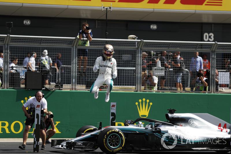 Le poleman Lewis Hamilton, Mercedes-AMG F1 W09 dans le parc fermé