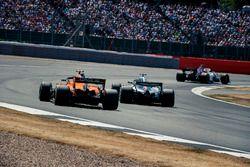 Stoffel Vandoorne, McLaren MCL33 and Lewis Hamilton, Mercedes-AMG F1 W09