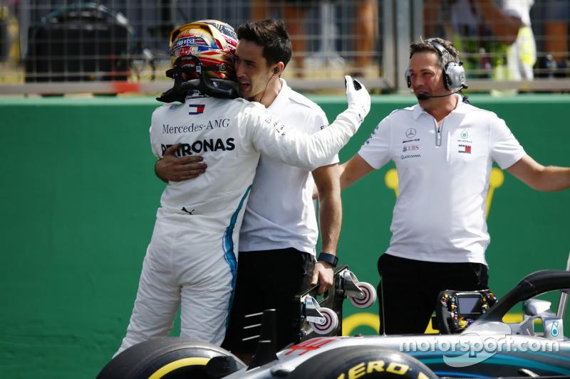 Lewis Hamilton, Mercedes AMG F1, comemora pole position com engenheiros